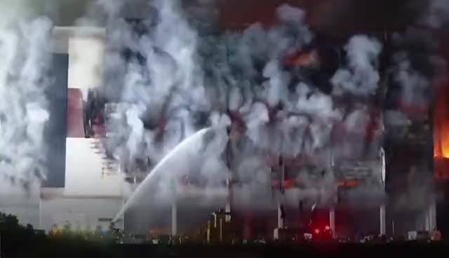 韩国知名物流中心大楼发生大火,燃烧超24小时未被扑灭,楼体烧得露出骨架